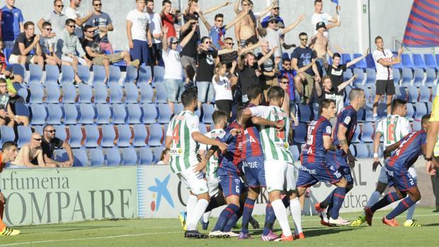 La defensa del Córdoba, este domingo, en Huesca en una acción a balón parado