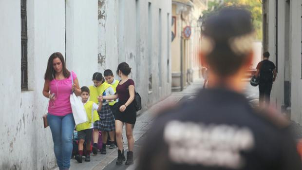 Un grupo de niños se dirige al colegio por Torres Cabrera