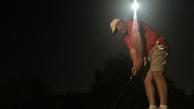 Un golfista juega de noche en el Club de Campo de Córdoba