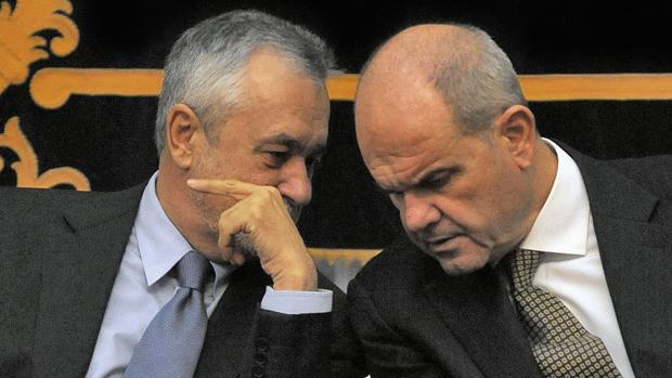 José Antonio Griñán y Manuel Chaves conversan durante el acto del Día de la Constitución de 2009