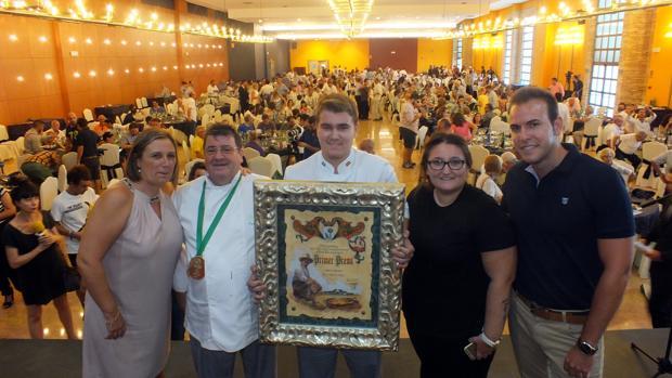 José Sanchís y sus hijos reciben el premio por la mejor paella
