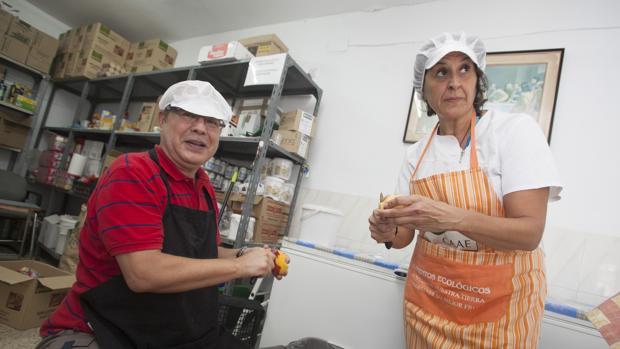 Voluntarios trabaando en el comedor social de Prolibertas en Trinitarios