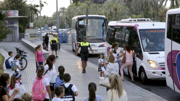 Policía Local regulando el tráfico en La Victoria