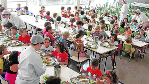Niños comiendo en un comedor escolar