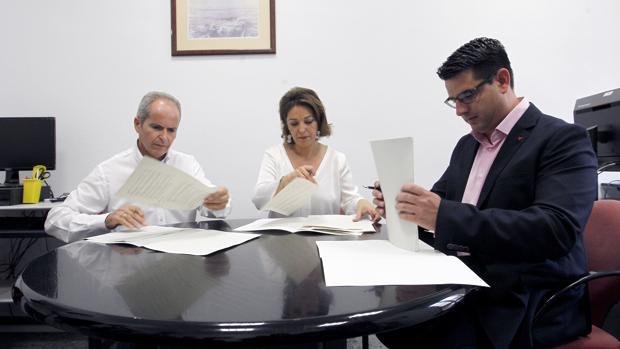 Firma del pacto de investidura entre Ganemos, PSOE e IU