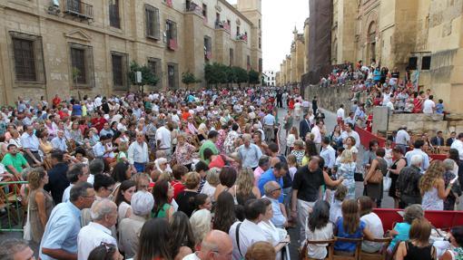 Público en la calle Torrijos durante el Vía Crucis Magno