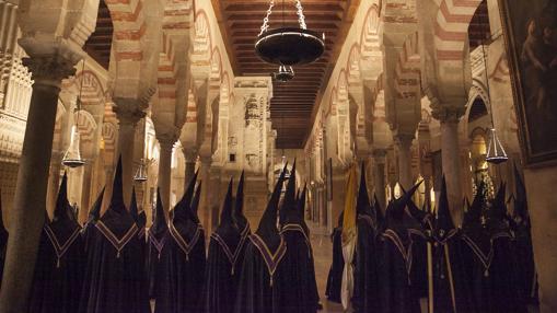 Nazarenos de las Angustias en el interior de la Catedral