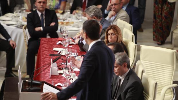 Susana Díaz mira a Pedro Sánchez durante un desayuno informativo celebrado en Sevilla