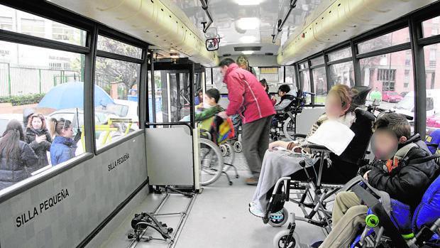 Usuarios de un autobús adaptado para personas con movilidad reducida