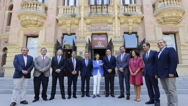 La consejera de Cultura junto a los representantes de universidades andaluzas