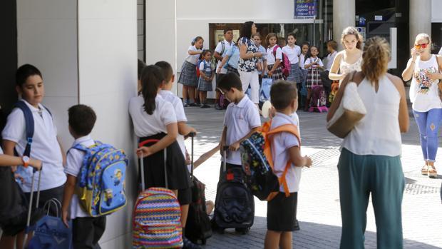 Niños esperando para entrar al colegio el día de la «vuelta al cole»