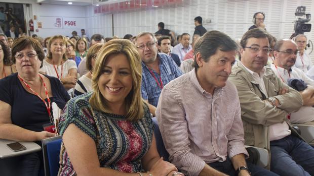 Susana Díaz junto a Javier Fernández y Fernández Vara en el Comité Federal de julio