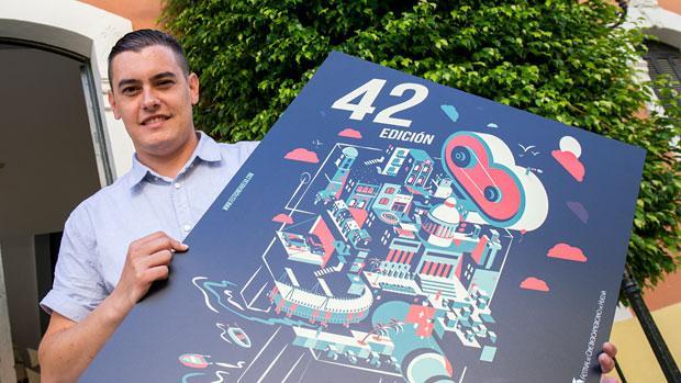 Israel Vega posa junto al cartel del certamen de Huelva de este año