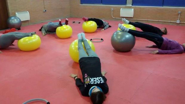 Varias personas realizan ejercicios en la UCO