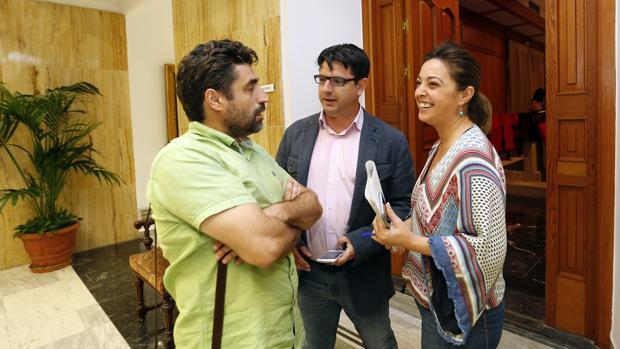 La alcaldesa, con Rafael del Castillo y Pedro García, antes de un Pleno