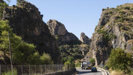 Un camión circula delante de un turismo por la vía