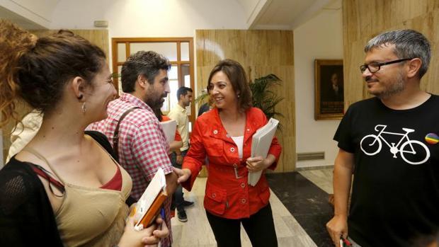La alcaldesa, entre concejales de IU y Ganemos antes de un Pleno