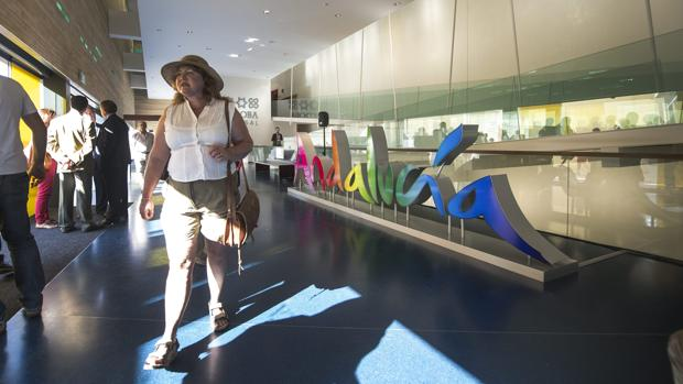 Una turista en el Centro de Visitantes el día de su inauguración