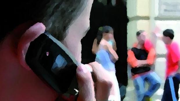 Un joven habla por un teléfomo móvil