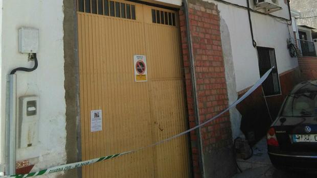 Local precintado por la Guardia Civil donde falleció electrocutado un hombre, en Fuente Tójar