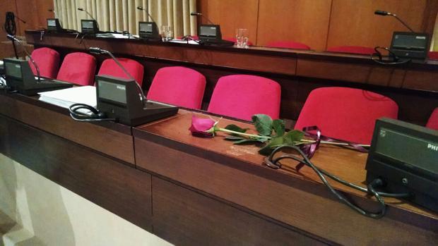 Una rosa en el asiento de la edil María José Moros