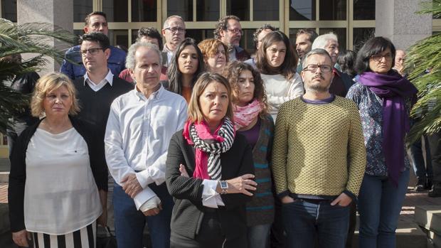 La alcaldesa junto a los portavoces y ediles de Ganemos e IU y PSOE en Capitulares