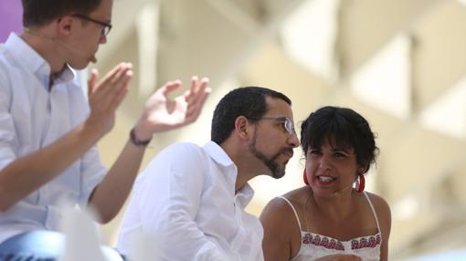 Sergio Pascual y Teresa Rodríguez conversan en presencia de Íñigo Errejón