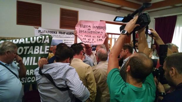 García, Vilches y Blázquez hablan con el portavoz de los parcelistas