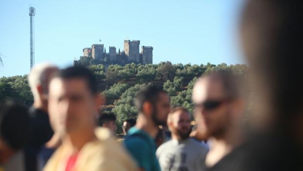 Aspirantes a ser elegidos en la selección con el castillo de Almodóvar de fondo