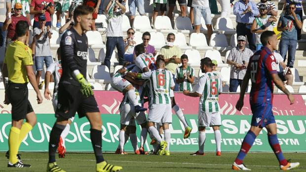 Los jugadores del Córdoba celebran el primero.
