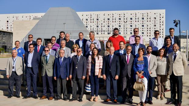 Los asistentes a la reunión, con el Centro de Ferias y Convenciones al fondo