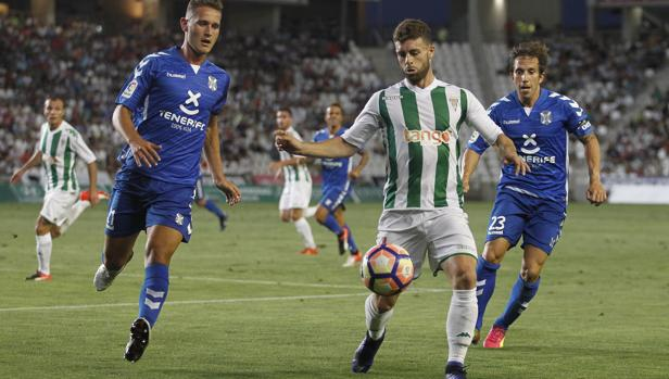 Rodri, delantero del Córdoba CF, conduce el balón en El Arcángel