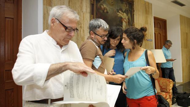 Emilio Aumente (PSOE) junto a los concejales de Ganemos, al fondo