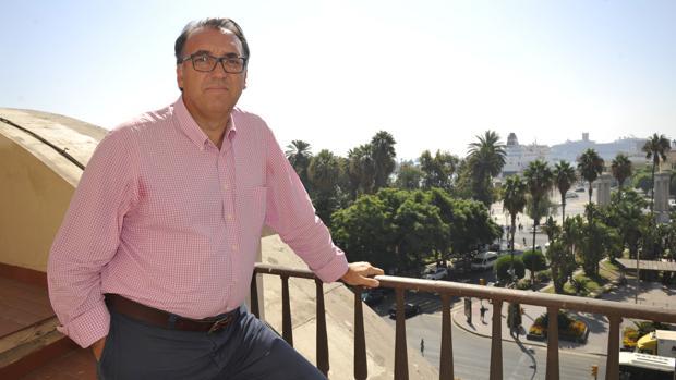 Arturo Bernal, frente al Puerto de Málaga, antes de la entrevista