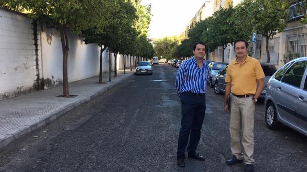 El portavoz del PP junto a un representante vecinal