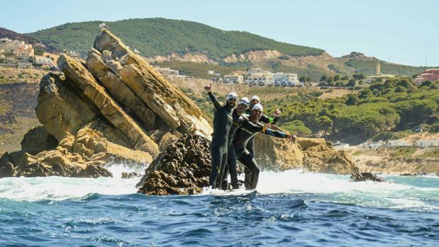 Momento tras la llegada de los cuatro nadadores a Punta Cires en Marrucos
