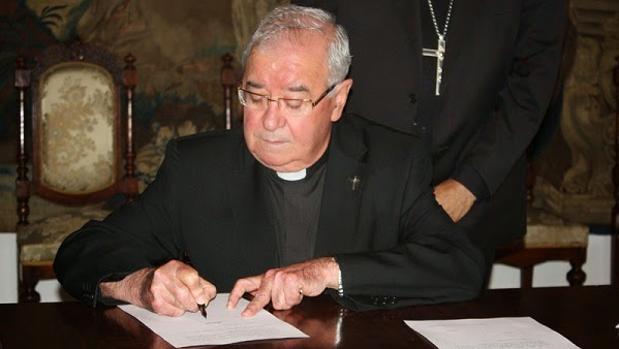 El sacerdote Manuel Moreno Valero durante una firma