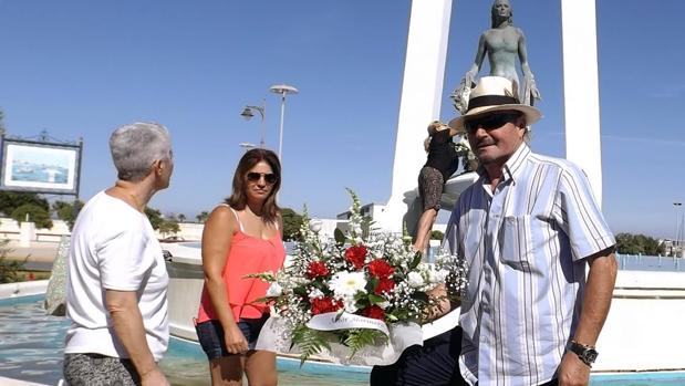 Amador Mohedano en la ofrenda floral que ha tenido lugar esta mañana en Chipiona
