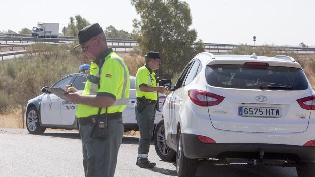 Agentes de la Guardia Civil de Tráfico de Córdoba en un control