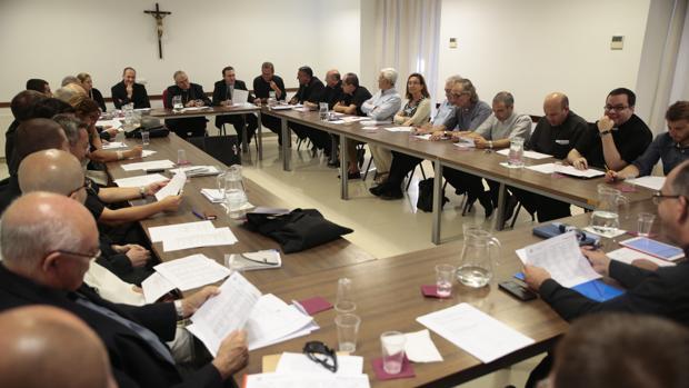Reunión del claustro del seminario, presidido por el obispo