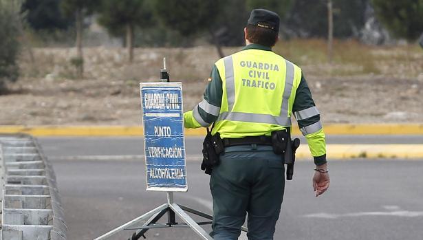 Un agente de la Guardia Civil en Córdoba en un control de tráfico