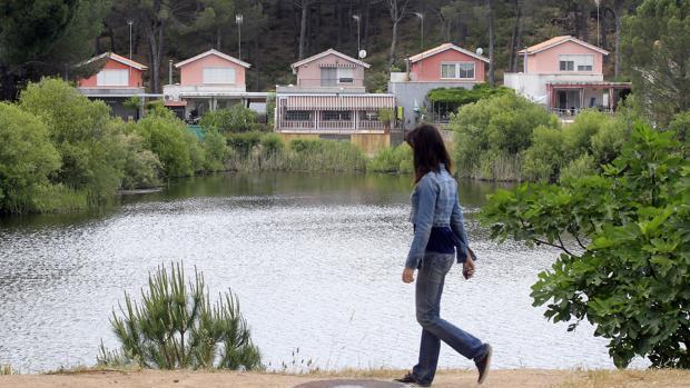 Viviendas junto al Lago de la Encantada en Las Jaras