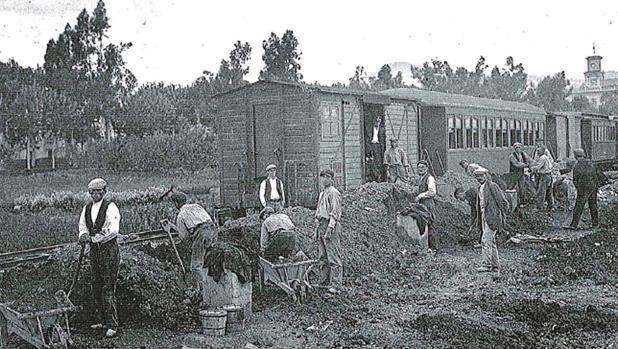 Trabajadores en la construcción de la línea del tren a su paso por Villa del Río