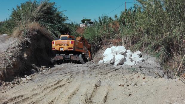 Las máquinas trabajan en los aledaños del arroyo Huerta del Nido