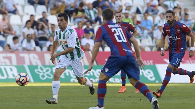 Caballero conduce el balón en el partido ante el Levante