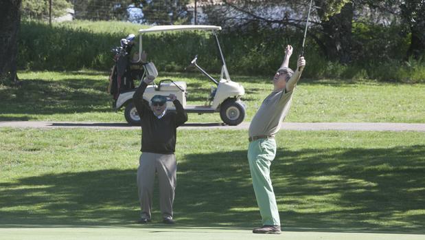 Un golfista celebra un gran golpe en el Club de Campo de Córdoba