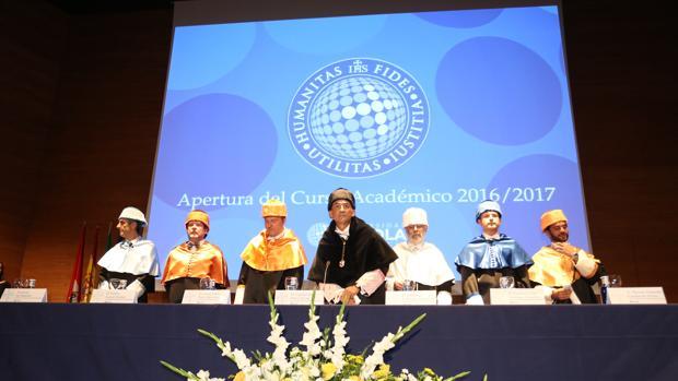 El rector, Gabriel Pérez Alcalá, en el centro, durante la inauguración del curso