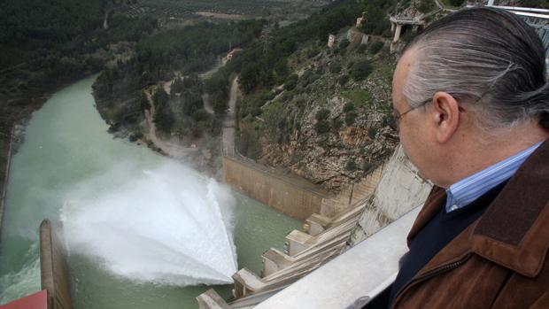 Presa del pantano de Iznájar desde donde se lleva el agua en alta a Posadas y Almodóvar