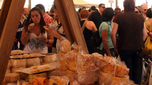 Hasta cien tipos de queso en los puestos de la plaza central de Zuheros
