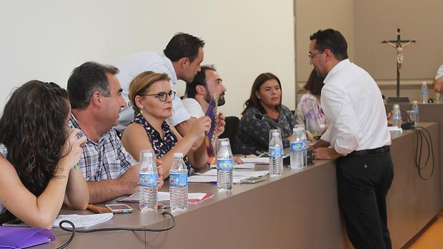 Jesús Rojano (de pie) en un Pleno del Ayuntamiento de Baena